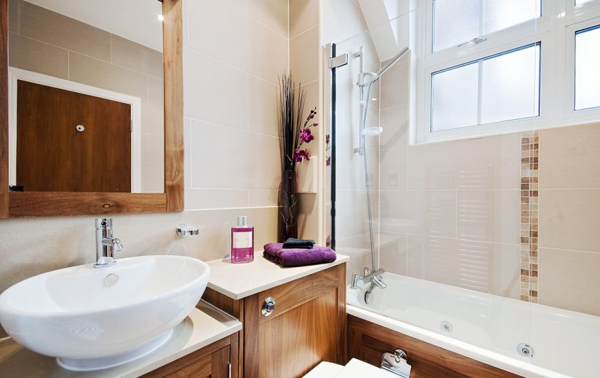 5 reasons to fall in love with bath screens again